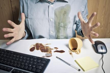 飲料打翻沾到衣服?專家教你咖啡、茶漬這樣洗最乾淨