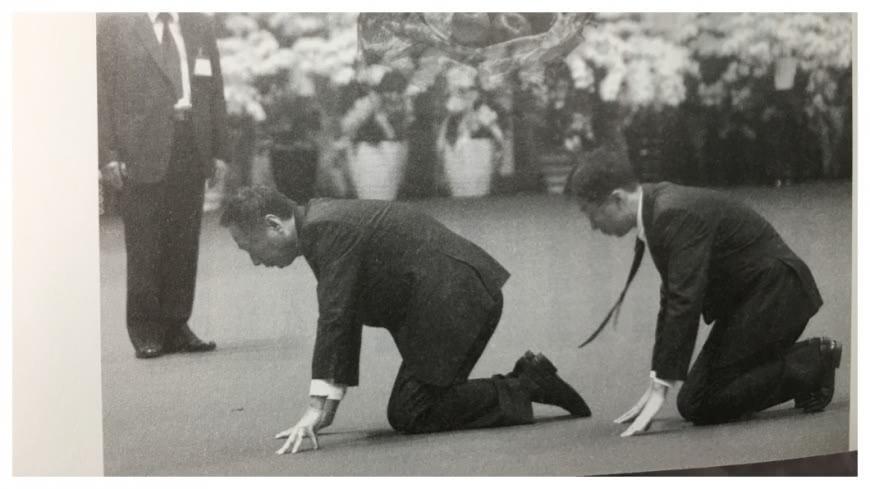 王永慶辭世,郭台銘(中間跪拜者)就帶著長子郭守正(右一跪拜者)在王永慶靈前,三度行跪叩大禮。郭台銘強調:這是除了我父親外,第一次向長輩行跪拜禮。王永慶董事長是台灣工業之父,更是工業界的領導,大家要學習他努力向前衝的精神。   圖/翻攝自「王雪紅的故事」一書