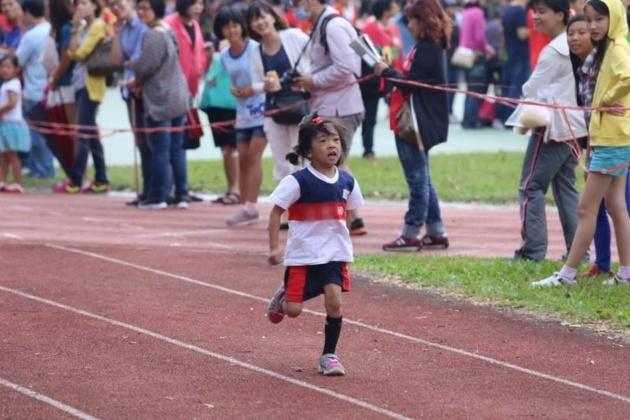 施景中貼文寫到「綺綺在學校運動會中,奮力跑向終點」。圖/截取自施景中臉書