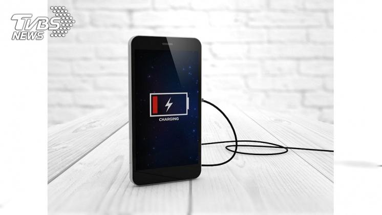 等到手機沒電才充電會在成電池損壞。示意圖/TVBS