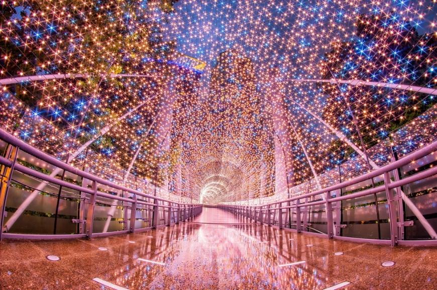 台最大的耶誕活動:新北歡樂耶誕城開城了,燈光隧道璀璨奪目。(圖為金澄星橋/圖片TVBS提供) 新北耶誕城吃貨攻略 下載APP吃星際系美食現折25元