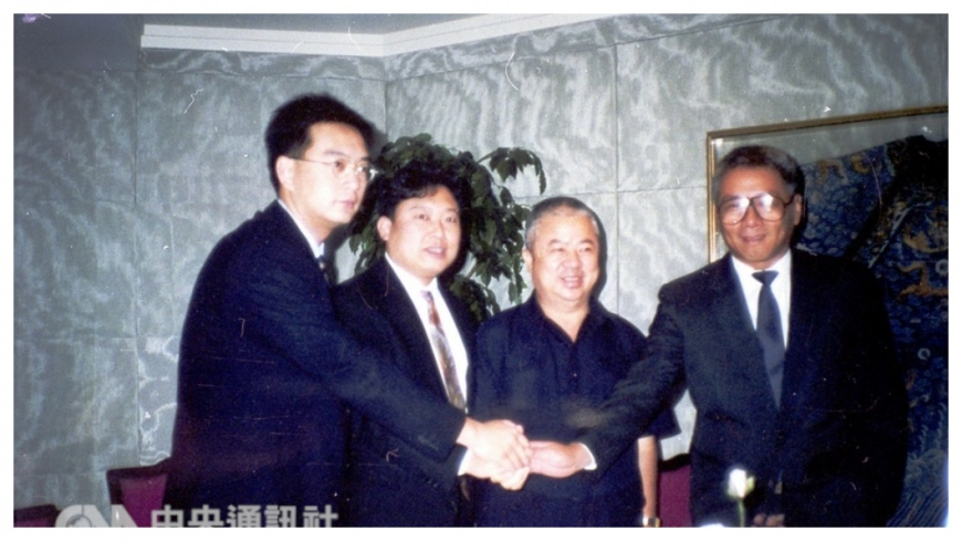 籃球是嚴凱泰(左一)除了汽車工業之外,畢生致力推動的愛好,早期與宏國集團二公子林鴻道(左二)合力推廣國內職籃運動。    圖/中央社