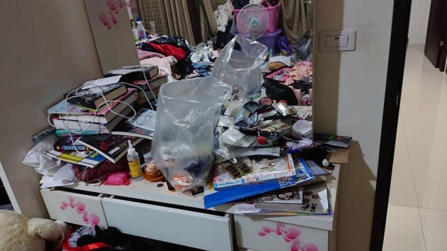 不只床上,就連桌子也堆滿了雜物。圖/翻攝自「爆廢公社公開版」
