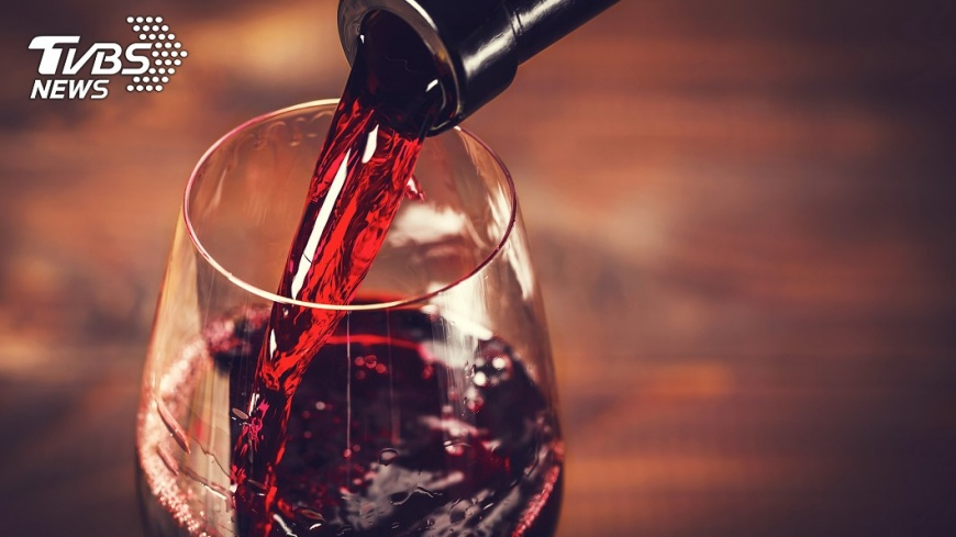 多喝紅酒不僅無法防癌,還傷身。示意圖/TVBS