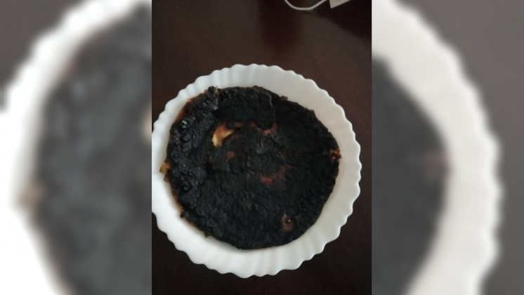丈夫竟將蔥油餅煎成一塊「木炭」。圖/翻攝自「爆廢公社公開版」