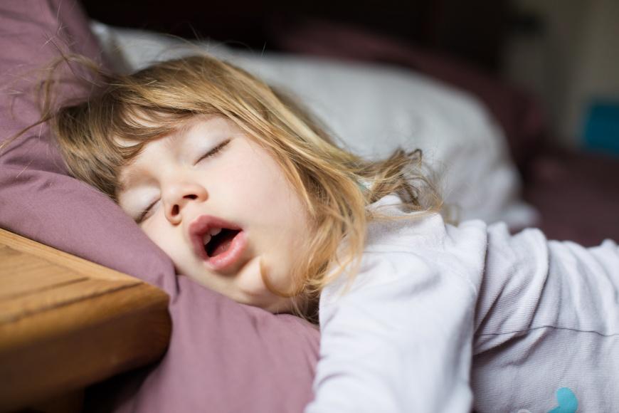 患有睡眠呼吸中止症的小朋友可能影響學習及情緒。示意圖/TVBS
