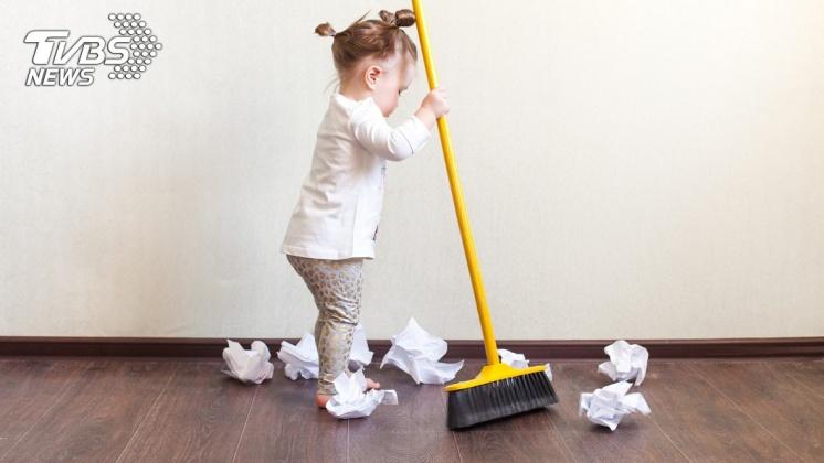 定期打掃房間讓身體獲得足夠的活動量,有助於延長壽命。示意圖/TVBS