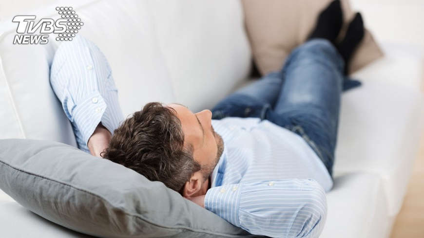《Bright Side》建議別躺在沙發上。示意圖/TVBS
