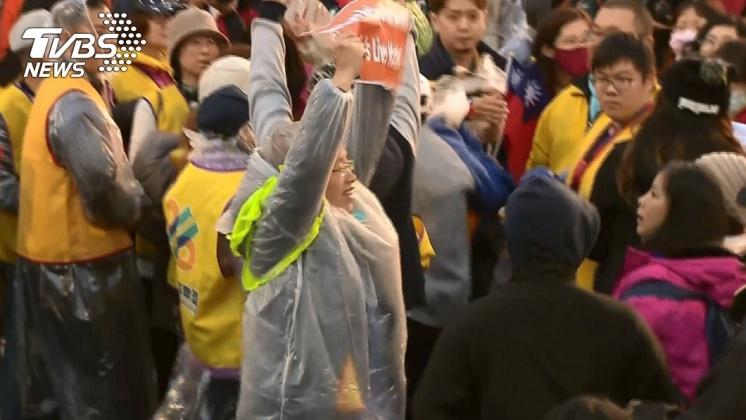陳抗民眾高舉標語抗議。/TVBS