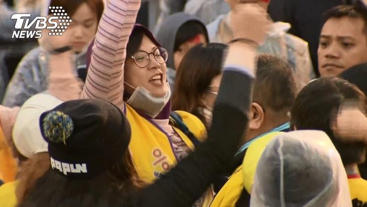 民眾高喊「法稅改革救台灣」。/TVBS