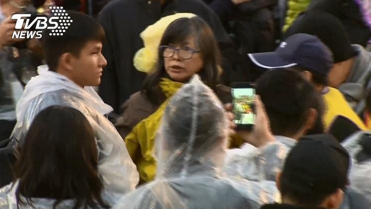 穿著黃背心的抗議民眾與維安人員發生衝突。/TVBS