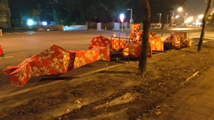 主辦單位在深夜緊急撤除花燈。圖/TVBS