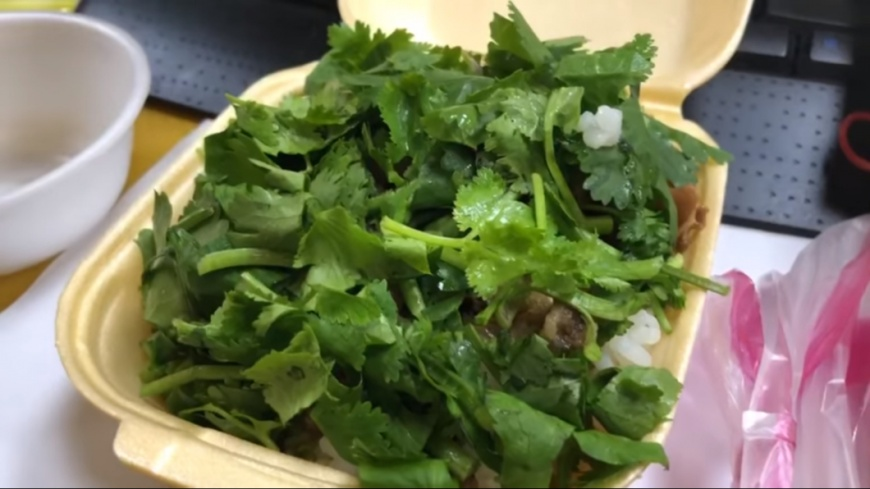 打開後驚見滿滿的香菜,完全不見滷肉飯的蹤影。圖/翻攝自「爆廢公社」