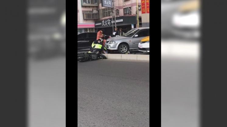 警消正合力搶救婦人。圖/翻攝自「新竹爆料公社」