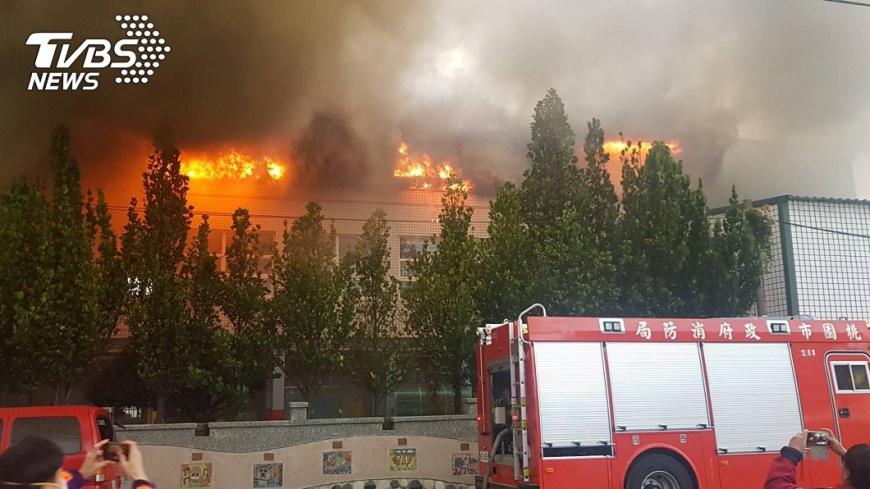 圖/TVBS 快訊/大園溪海國小竄火 3樓視聽室陷火海