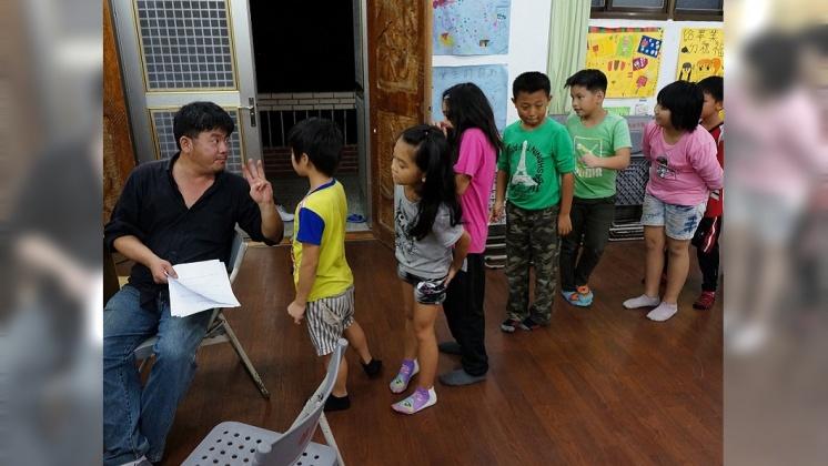 謝明賢致力偏鄉教育,他常常晚上留校幫孩子課輔。/劉佑祖提供
