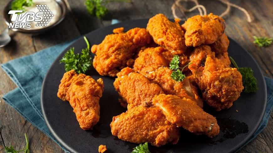 高脂肪高熱量的飲食,可能使女性得到乳腺癌。示意圖/TVBS