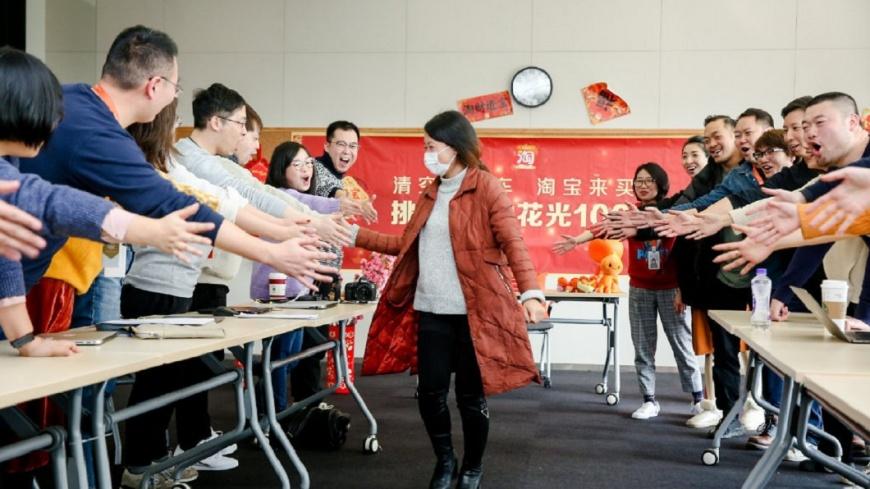 劉女和活動現場的工作人員擊掌。圖/翻攝自淘寶官方微博