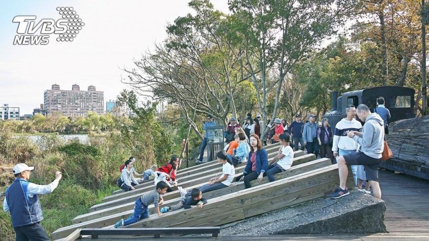 翻攝/宜蘭知識+ 沒人管!羅東林業園區卸木平台 被孩童當溜滑梯險溺