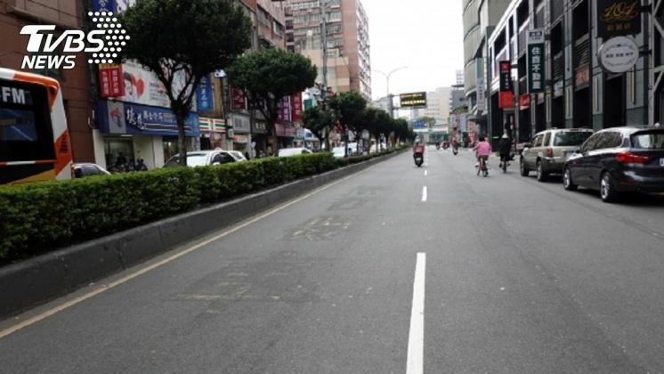 其中「兩線車道取消內側車道禁行機車」的做法,不少民眾認為相當務實。圖/中央社