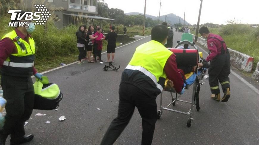 圖/TVBS 慘!黃牌重機與三貼機車擦撞 重機騎士乘客摔飛亡