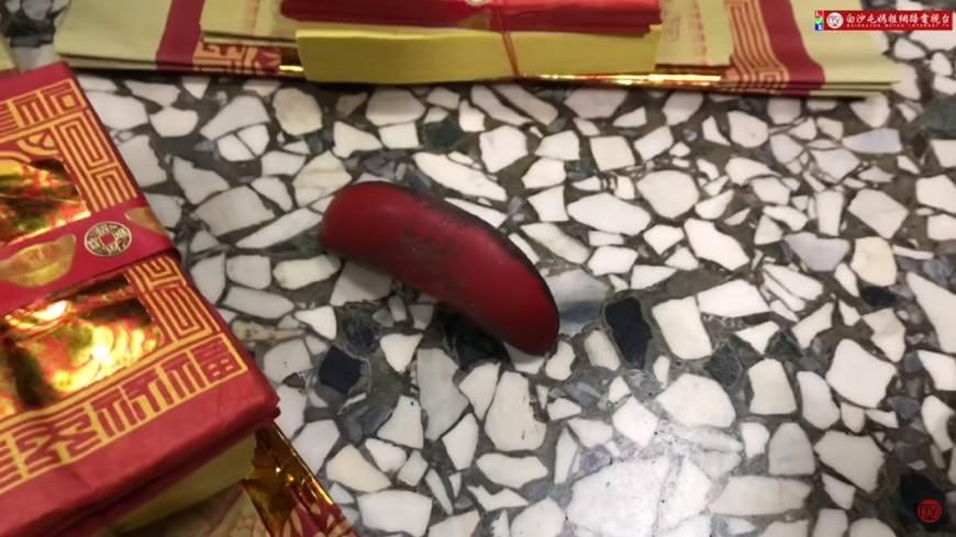 有信眾在媽祖回宮1週、開爐前擲出「神奇立筊」。圖/翻攝自「白沙屯媽祖網路電視台」YouTube
