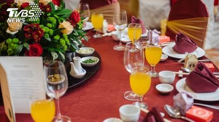 新娘嘴含湯圓吐出「逼尪吞」!長輩端上桌配飯:是習俗