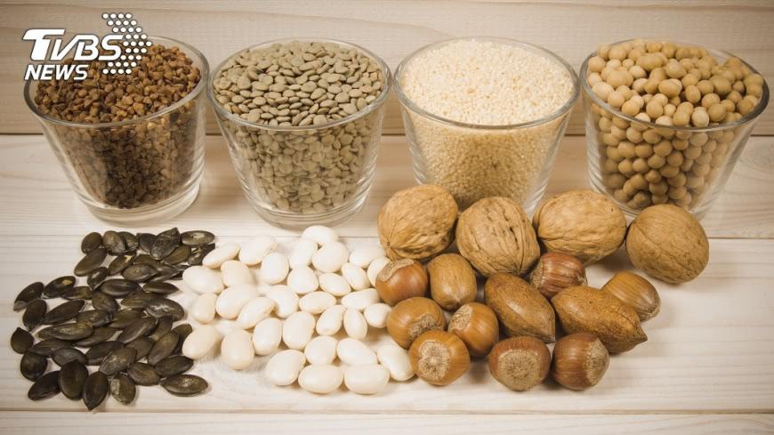 黃麴毒素具有高度的致癌性,通常存在於保存不良的花生、玉米或豆類製品。示意圖/TVBS