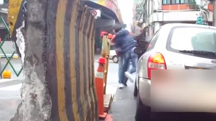 2名男子下車調解後,疑似因溝通不良,竟大打出手。圖/翻攝自「聯結車 大貨車 大客車 拉拉隊 運輸業 照片影片資訊分享團」