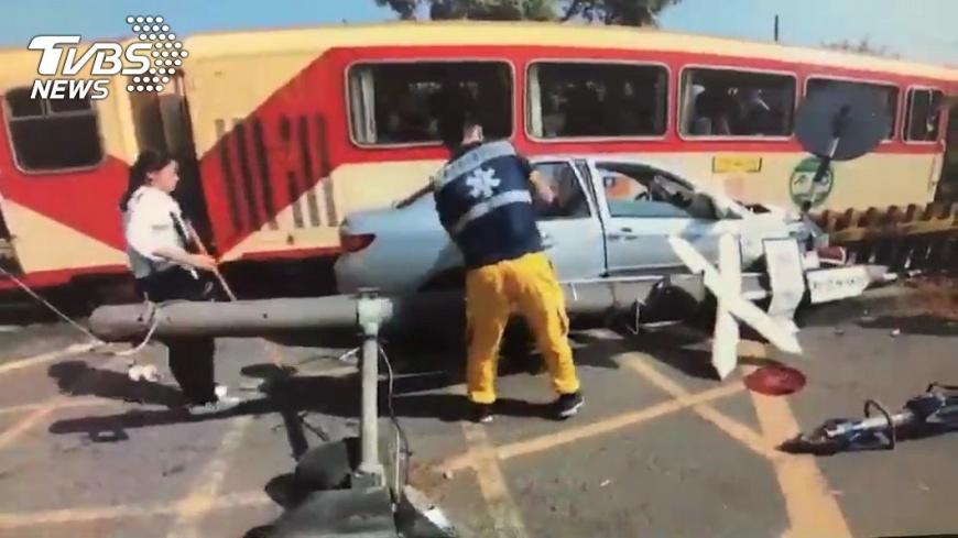 車禍現場狼藉一片。圖/嘉義市警消提供