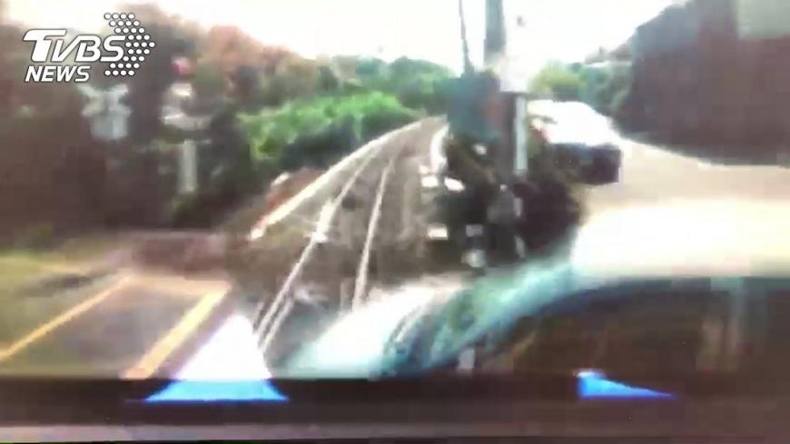 小火車與轎車撞擊瞬間。圖/嘉義市警消提供