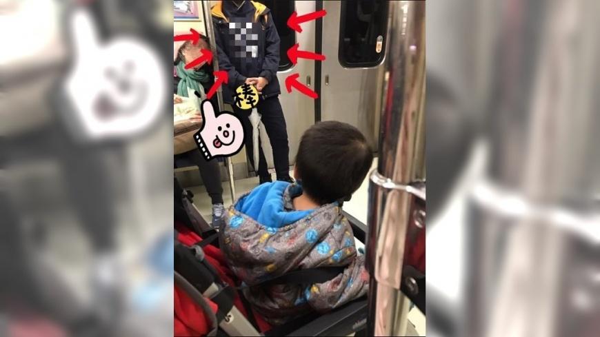 1名母親獨自帶小孩搭捷運時,遇到1位好心的學生讓座,讓她相當感動。圖/翻攝自「爆怨公社」