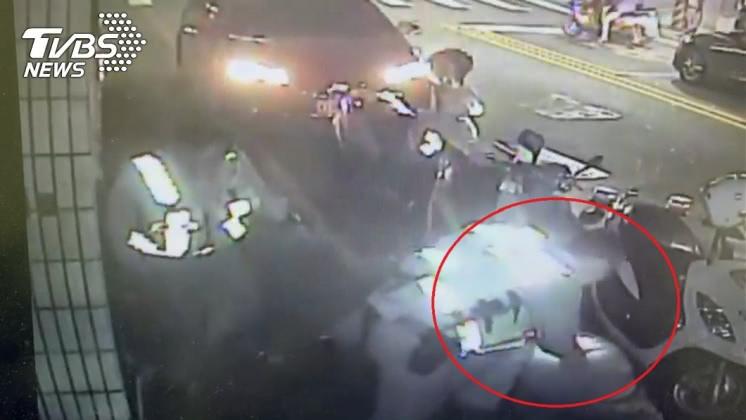 張男最後被員警壓制在地。圖/TVBS