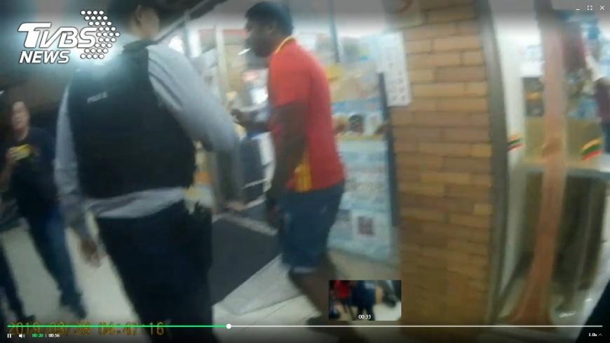 圖/TVBS 印度男揍日本小鮮肉想逃 超商店員攔人嗆:這裡是台灣!