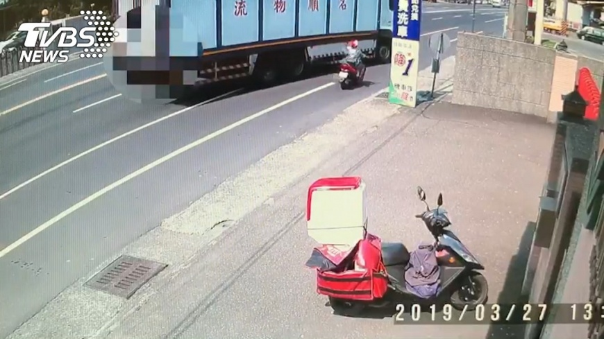 圖/TVBS 貨車右轉擦撞機車 海軍女士官遭輾爆頭慘死