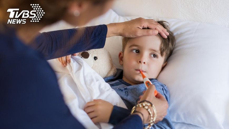最後醫護人員向奶奶表示,孩子之所以會感冒是因為吹到風。示意圖/TVBS