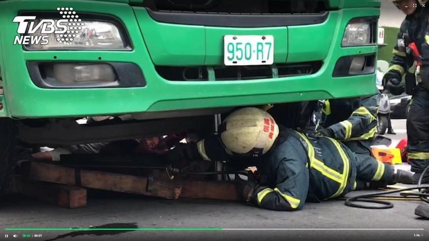 圖/TVBS 老婦硬穿越馬路!遭混凝土車撞「卡車底」 腿斷命危