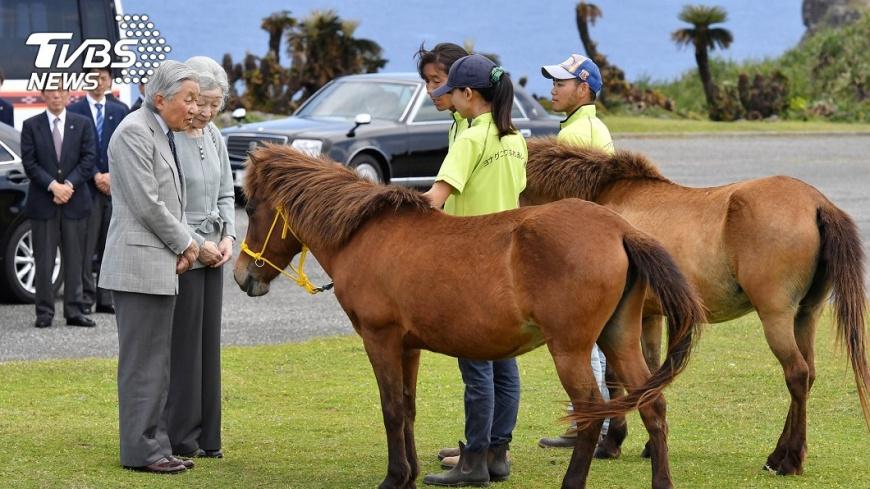 2018年日本明仁天皇與皇后訪沖繩,曾從與那國島遠眺110公里遠的臺灣。圖/中央社 【觀點】令和時代臺日關係展望