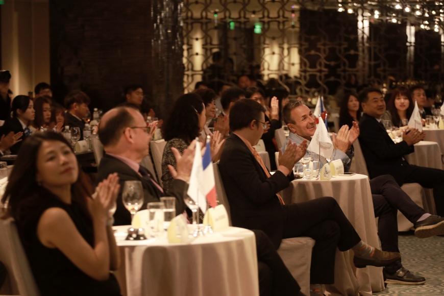 圖/除了法國駐台外交官員及文化首長親臨祝賀,現場也擠滿近兩百多位來自歐洲和亞洲的餐酒專業人士參加這場難得的文化盛宴。