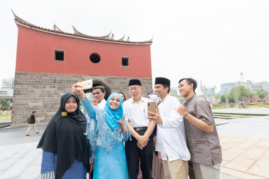 臺北市長柯文哲帶上穆斯林的Peci帽,與穆斯林朋友開心合照 臺北開齋節即將登場  柯P任宣傳大使 化身老師教歷史