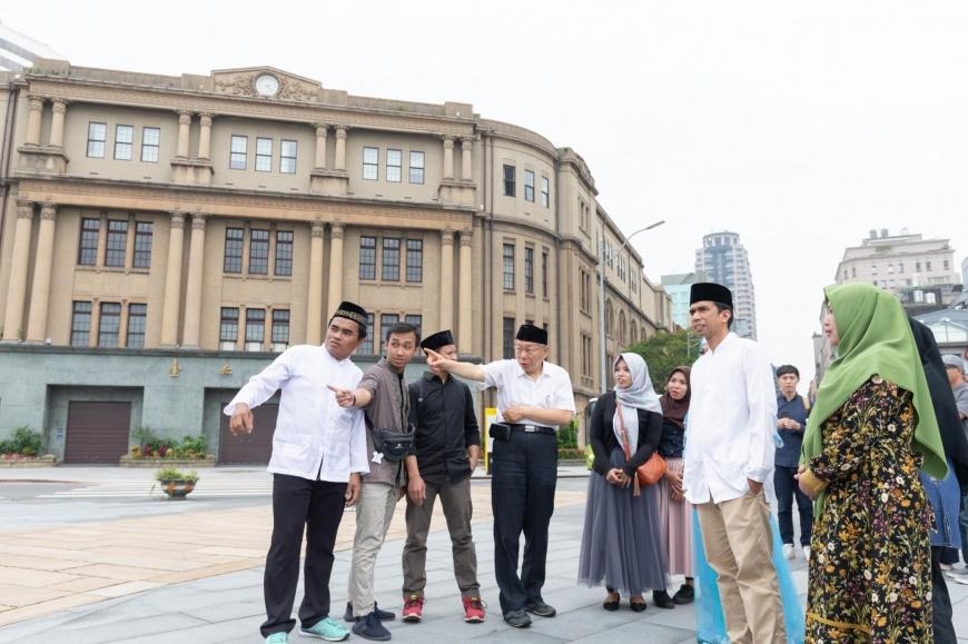 市長柯文哲於臺北開齋節影片拍攝現場,與穆斯林朋友解說北門廣場歷史