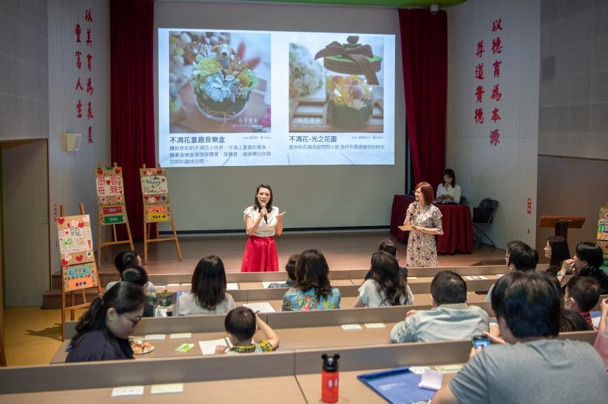 藝人陳孝萱以復興媽媽的身分上台分享參與共學的收穫