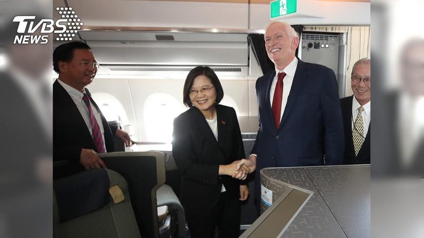 圖/中央社 總統專機抵達丹佛 莫健登機迎接