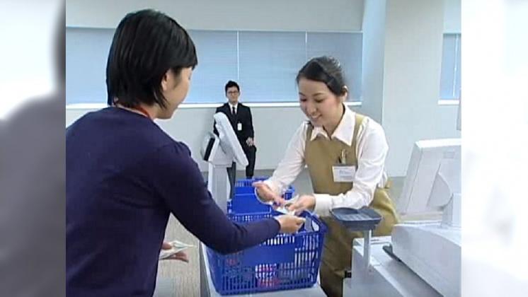 圖/翻攝自 newsupermarket YouTube 日本最強收銀員! 刷條碼結帳只需1.1秒