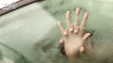 妻接客、尪把風!車體狂震疑纏綿 警一查傻了