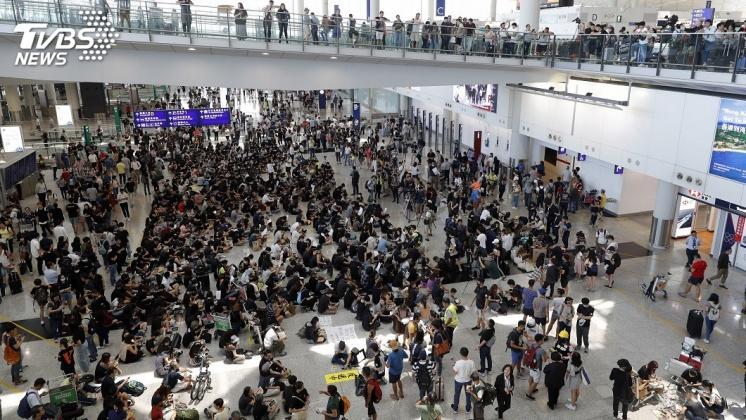 圖/達志影像美聯社 萬人接機!示威者靜坐三日 港機嚴陣以待