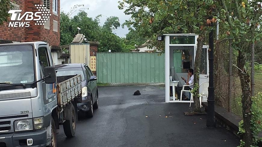 圖/中央社 農舍前設警衛亭養看門狗  李佳芬弟:安全需要