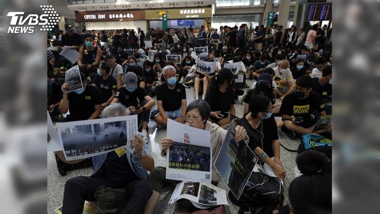 圖/達志影像美聯社 香港機場「萬人接機」 反送中發無聲抗議