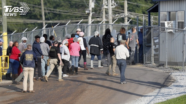 圖/達志影像美聯社 美捕680名非法移民 11歲女淚崩為父求情