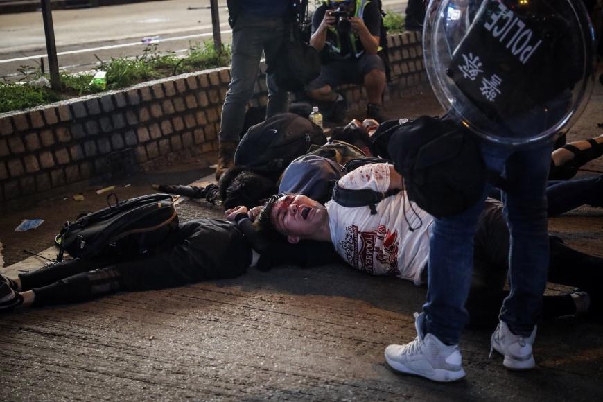 香港「反送中」警民衝突升溫,警方在銅鑼灣以突擊方式逮捕示威者,示威者被壓制在地。圖/中央社 【觀點】為什麼香港反送中運動如此特殊